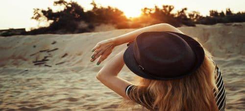 אשה מגינה מהשמש